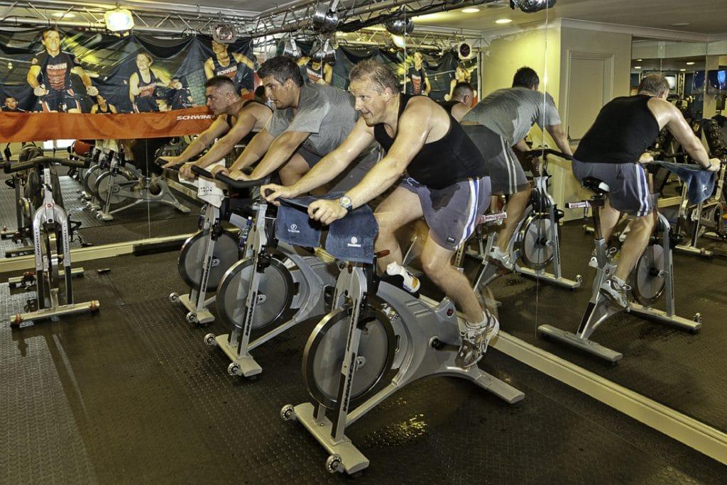 Para poder adelgazar con Spinning vas a tener que sumergirte en el mundo de las bicicletas estáticas.