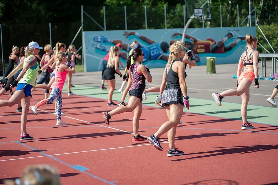 """Zumba Fitness es un ejercicio de cardio-danza de inspiración latina que utiliza música y pasos coreografiados para crear un ambiente divertido de """"fiesta de fitness"""